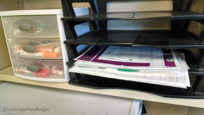 How to Pass Out Papers at the End of the Day {Without Doing It Yourself} - tiered paper holder