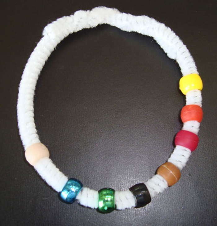 9 Easy and Fun Thanksgiving Activities for Kindergarten - tell the history of Thanksgiving with a simple Thanksgiving bracelet